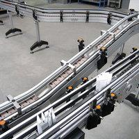 Flat top chain conveyor as interlinking for a packaging system 02